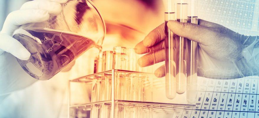 ripresa di scienziati in laboratori